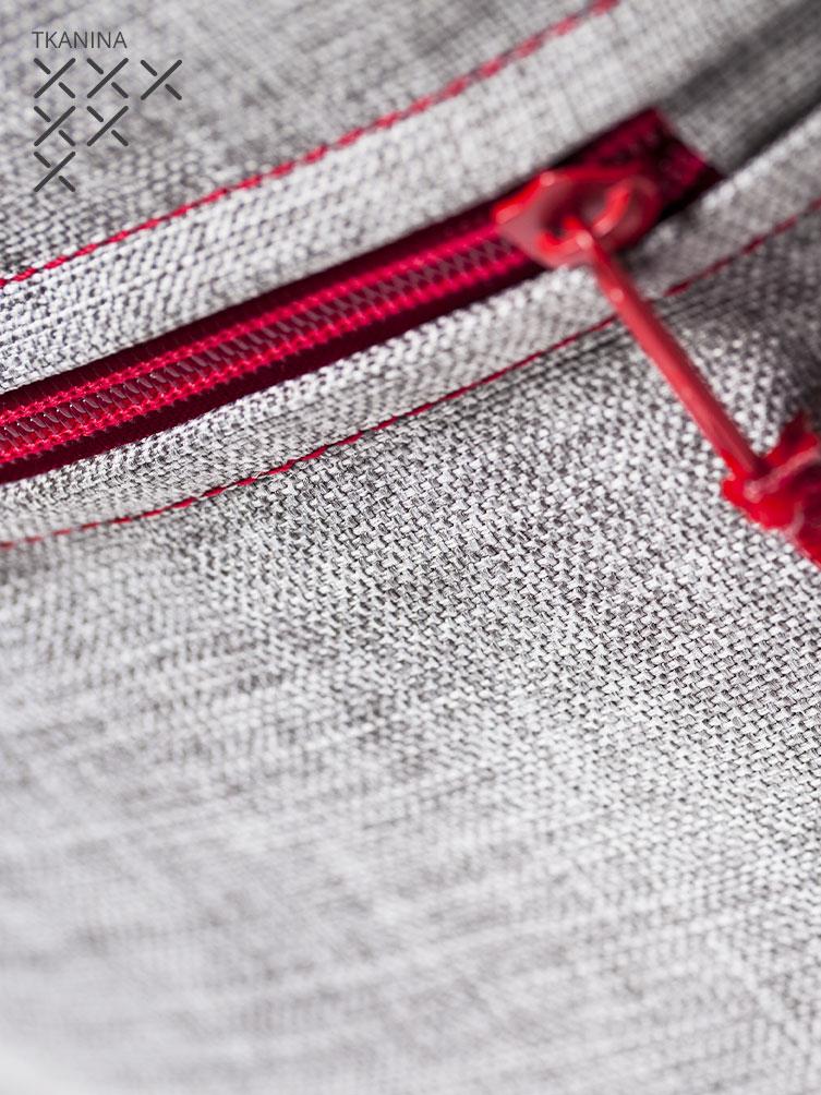 Pufa Roll G szara z czerwonym zamkiem tkanina